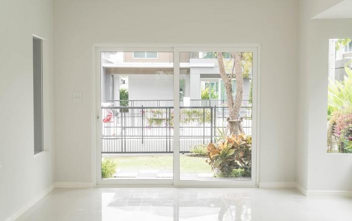 baie-vitrée-intérieur-vide-blanc